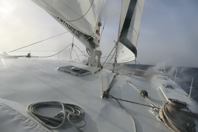 Segeln mit Wind, Gischt und Welle